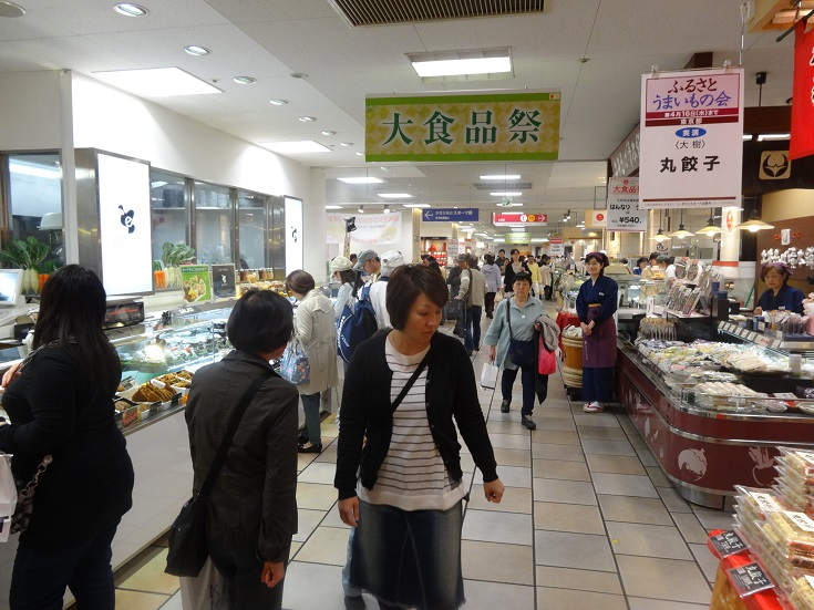 Yokohama - supermarkets are packed