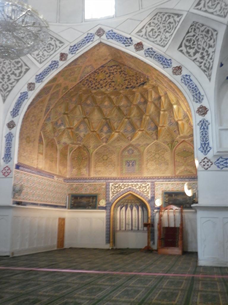 Inside the Bolo-Hauz Mosque