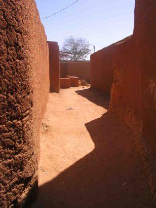 A narrow street in Agadez!