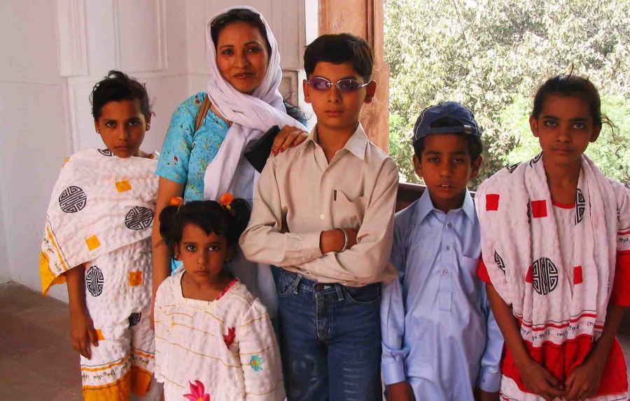 pakistan family at mosque