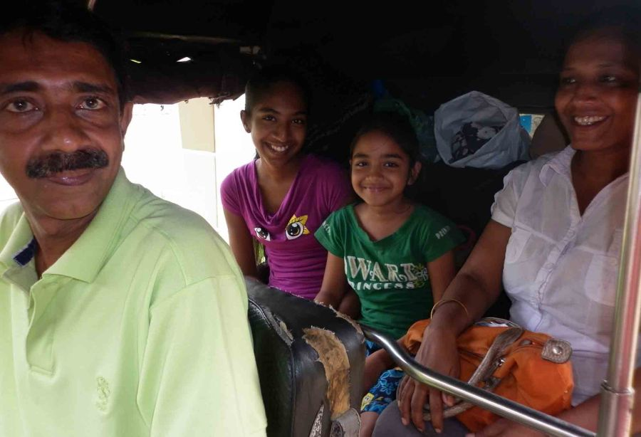 Colombo, a family all together in an auto-rickshaw