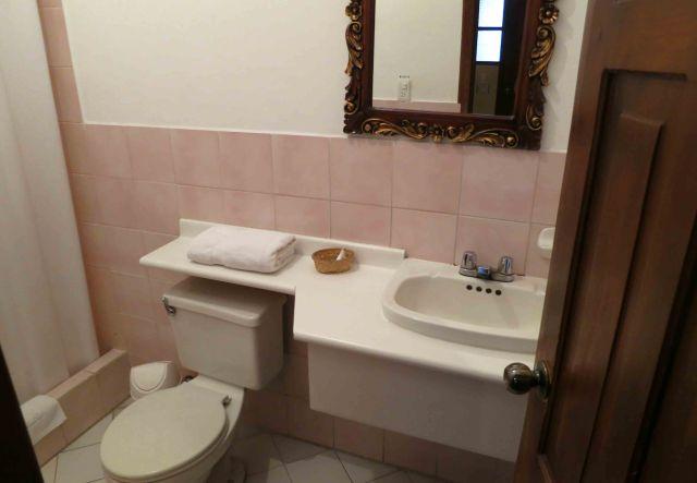 single-room-bath-hotel-san-francisco-de-quito-1